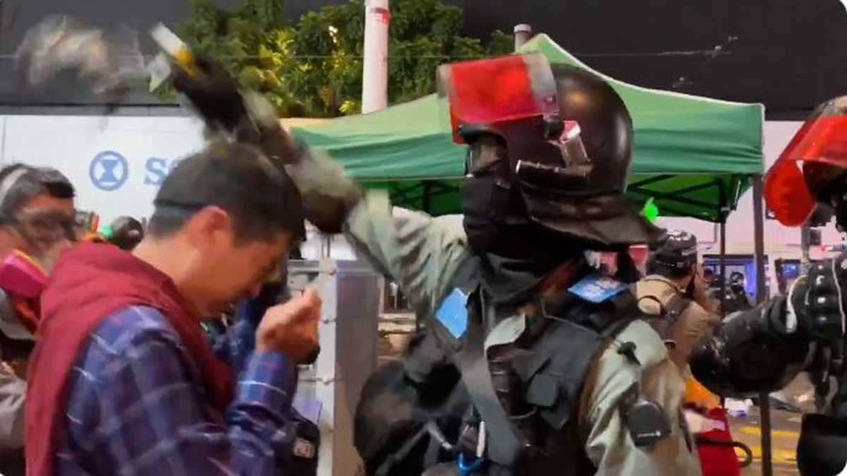 2020年1月1日晚,在銅鑼灣,立法會議員許智峯與警方理論,被防暴警野蠻地扯下眼罩,多次近距離噴射胡椒噴劑。(影片截圖)