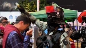 許智峯議員被強扯眼罩 港警直噴胡椒劑