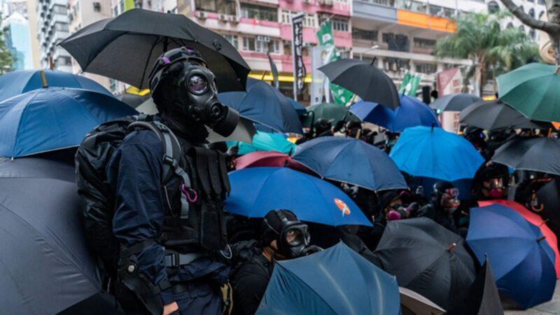 1月1日大遊行中,一群勇武派抗爭者為保護市民安全撤離,不顧危險衝上前與警方對峙。(Anthony Kwan/Getty Images)