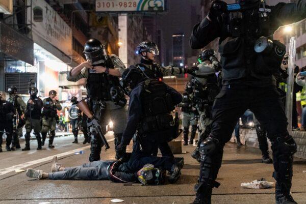 1月1日,有抗爭者被港警暴力抓捕。(Anthony Kwan/Getty Images)