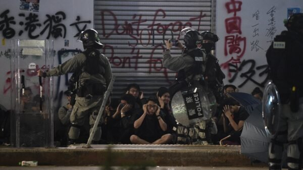 警方在當天的活動中拘捕逾400人。( PHILIP FONG/AFP via Getty Images)