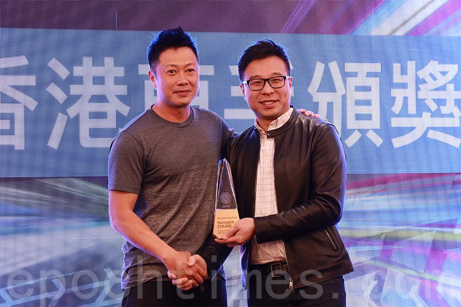 香港小型賽車總會名譽秘書長葉智聰(右)頒發最佳香港車手獎(Best Hong Kong Driver)予鍾肇璠(左)。(陳仲明/大紀元)