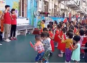 大陸幼稚園內,幼兒被要求向中共和國家領導人宣誓效忠。(影片截圖)