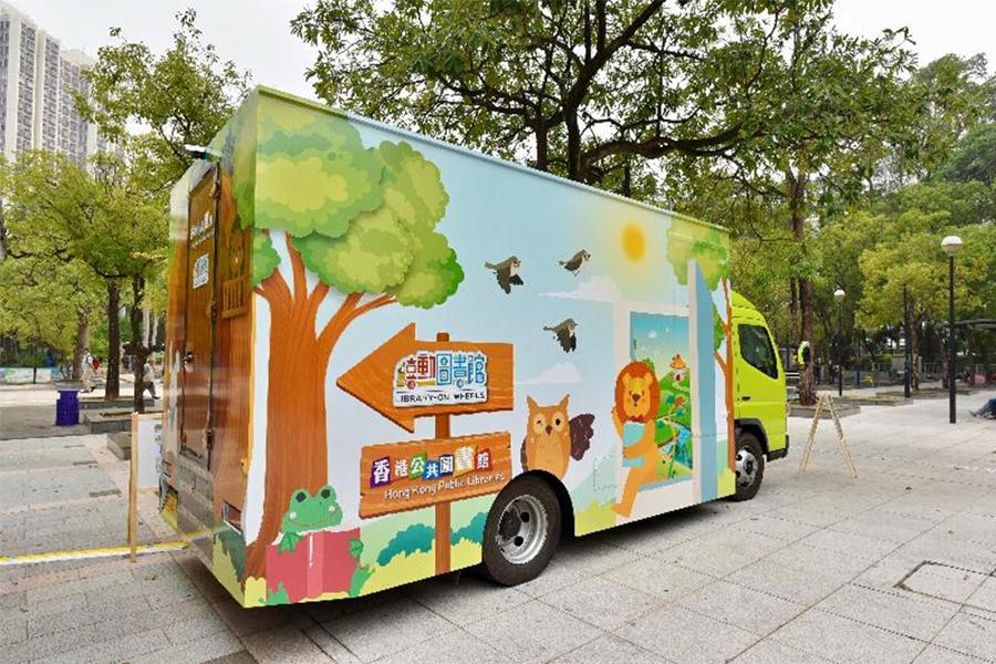 由一輛小型活動車特別設計而成的「喜」動圖書館,以活動模式走進社區。(政府新聞網)