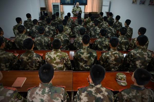 著名維權律師高智晟在新書披露,他在部隊關押期間,看守他的武警士兵因中共謊言宣傳而來向他了解六四真相。图为,2015年4月,在接受学习的某中共武警部队。(大紀元資料室)