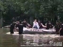 南京抗洪「擺拍」女官員被免職