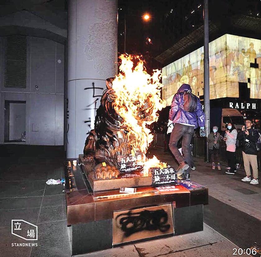 滙豐總行門前的銅獅子被點著火(立場新聞)