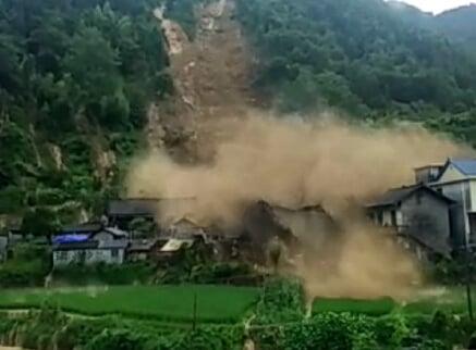 湖南湘西古丈縣近日連降大雨,7月17日上午又降暴雨,導致部分山泥傾瀉衝垮農居。(網絡圖片)
