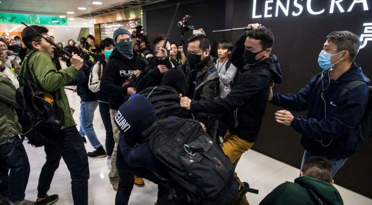 圖為香港一群手持警棍的蒙面便衣警察,2019年12月28日在香港上水一家購物中心內,當眾抓捕年輕的民主抗議者。(DALE DE LA REY/AFP via Getty Images)
