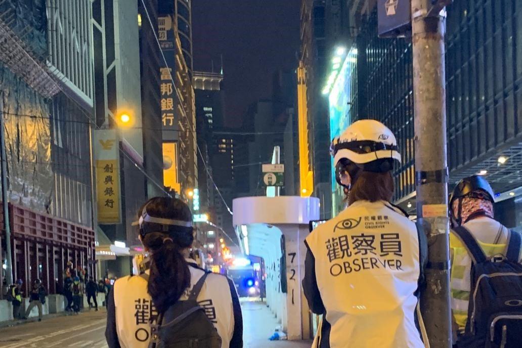 民權觀察表示,3名觀察員於1月3日晚上獲釋,但觀察員的隨身物品,包括衣物、觀察員制服、工作證件,以及攝錄器材等皆被警方檢走。(民權觀察Facebook)