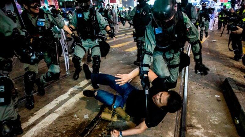 圖為2020年1月1日,港警腰斬遊行,濫捕市民。(ISAAC LAWRENCE/AFP via Getty Images)