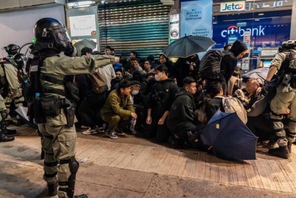 圖為2020年1月1日,港警濫權濫捕,超過400人被捕。(Anthony Kwan/Getty Images)
