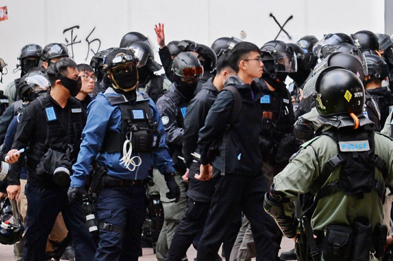 有獲警方放行的陳先生表示,警方大批截查逾20多人,全部人都不能走,需要蹲下,逐個搜身,警方告知沒有可疑物品就會釋放。(宋碧龍/大紀元)