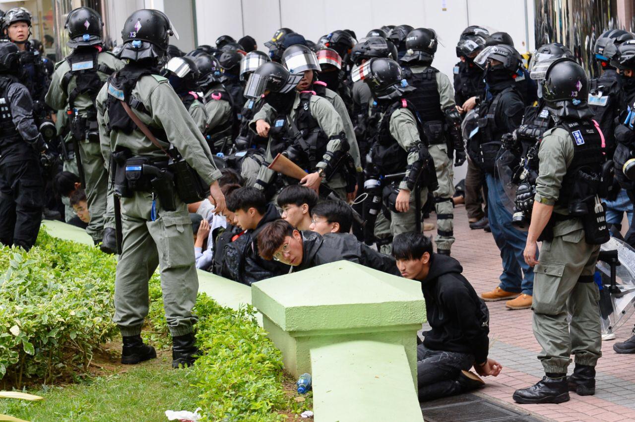 據北區區議員陳旭明表示,警方拘捕了42人並帶到上水警署。立法會議員兼北區區議員林卓廷批評警方制服多人是無需要,並對此感憤怒和遺憾。(宋碧龙/大紀元)