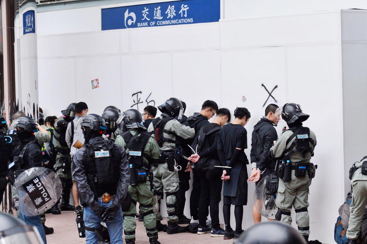 下午4時許,防暴警察與大批蒙面便衣警員到上水中心商場對出空地,拘捕多名抗爭者。(宋碧龍/大紀元)