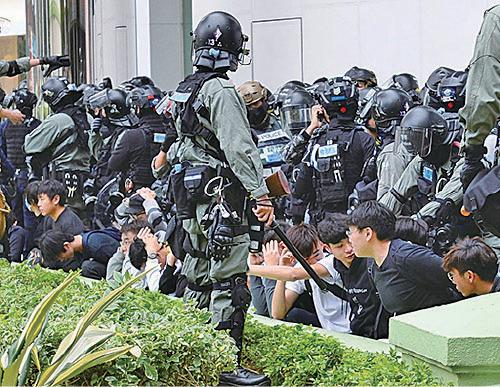 上水中心外有大批年青人被捕,他們被綁索帶,被要求跪地上,或雙手抱頭。(宋碧龍/大紀元)