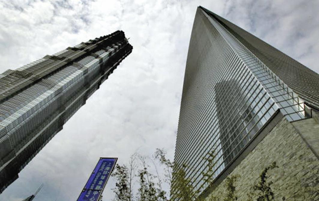 2019年,大陸一線城市寫字樓空置率創下10年新高。圖為上海環球金融中心(右)。(China Photos/Getty Images)