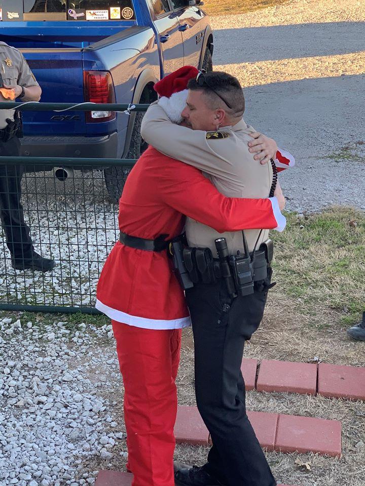 兩年未見 兒扮聖誕老人現身 警察爸爸熱情擁抱