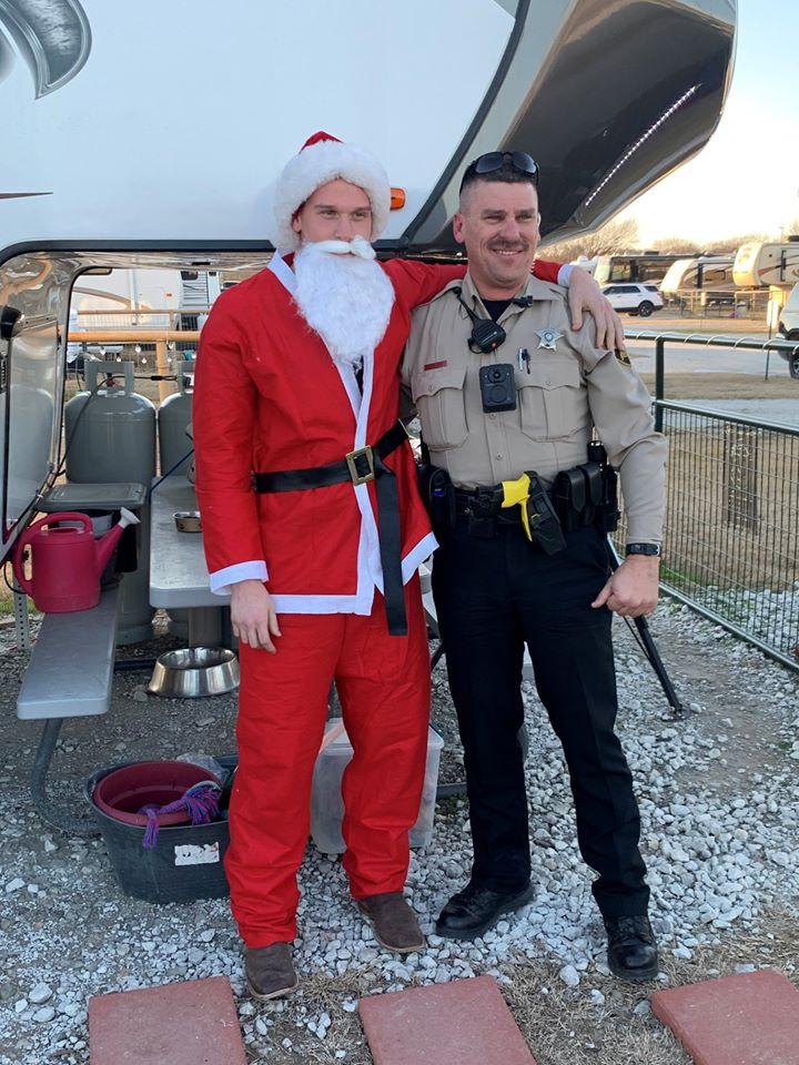 (左二圖、上圖)在美國海軍陸戰服役的兒子克里斯被派駐海外。2019年聖誕節前夕,為了給父親一個驚喜,他喬裝成聖誕老人出現在父親面前。父親一下就認出兒子,兩人激動擁抱。(Denton County Sheriff's Office FB)