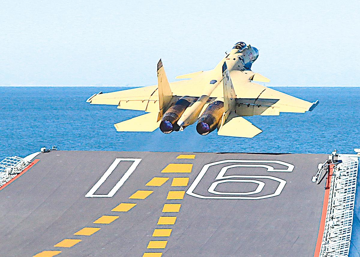2016年4月6日,中國殲-15艦載機墜機,飛行員跳傘後重傷,住院419天。圖為2012年11月,殲-15首次在遼寧艦成功起降。(大紀元資料圖片)