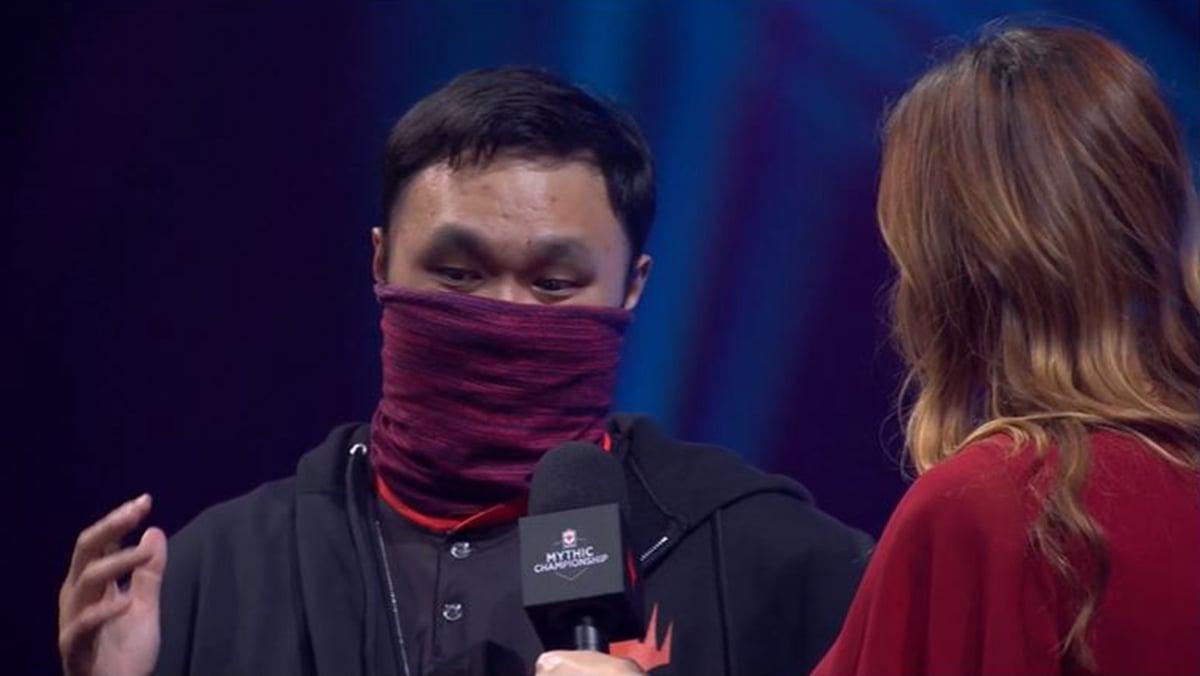 香港電競選手李詩天在比賽中蒙面參賽,為香港發聲。(影片截圖)