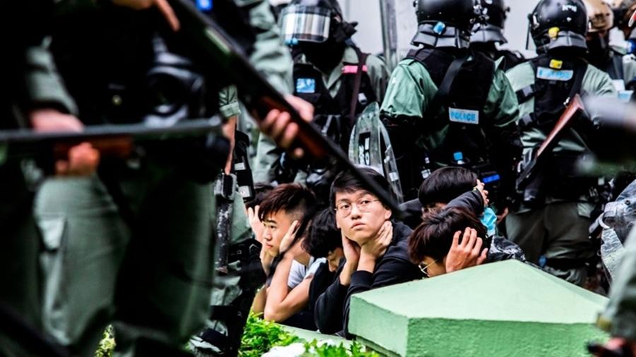 港警重演無差別大圍捕 市民被逼跪地如戰俘