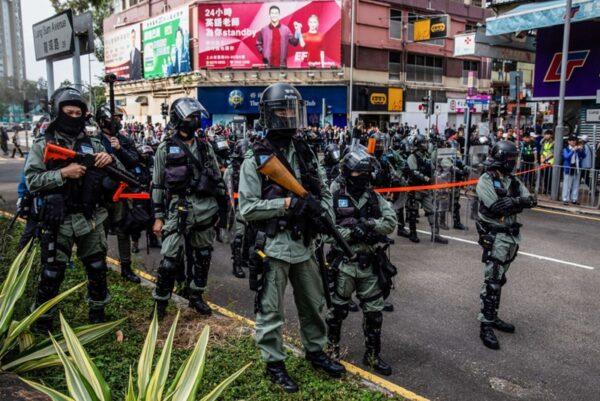 1月5日下午2時半,逾萬港人在上水舉行抗議遊行,警方沿途戒備。(ISAAC LAWRENCE/AFP via Getty Images)