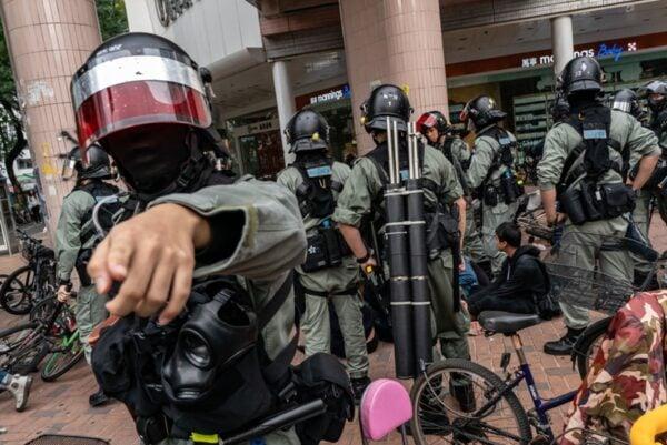 1月5日,港警無差別拘捕上百名遊行抗議的市民。港警逼迫民眾跪地及雙手放頭,如同對待戰俘。(Anthony Kwan/Getty Images)