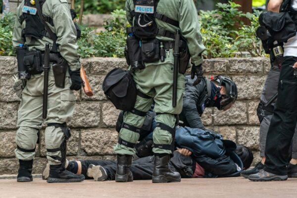一名市民被港警壓倒在地拘捕。(Anthony Kwan/Getty Images)