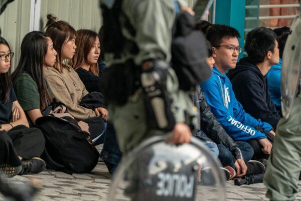 1月5日,港警無差別拘捕上百名遊行抗議的市民。港警逼迫民眾跪地及雙手放頭,如同對待戰俘。 (Anthony Kwan/Getty Images)