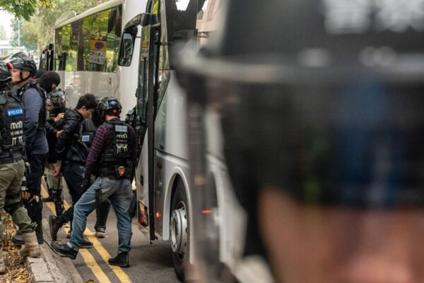 被捕市民被押上大巴士帶走。(Anthony Kwan/Getty Images)