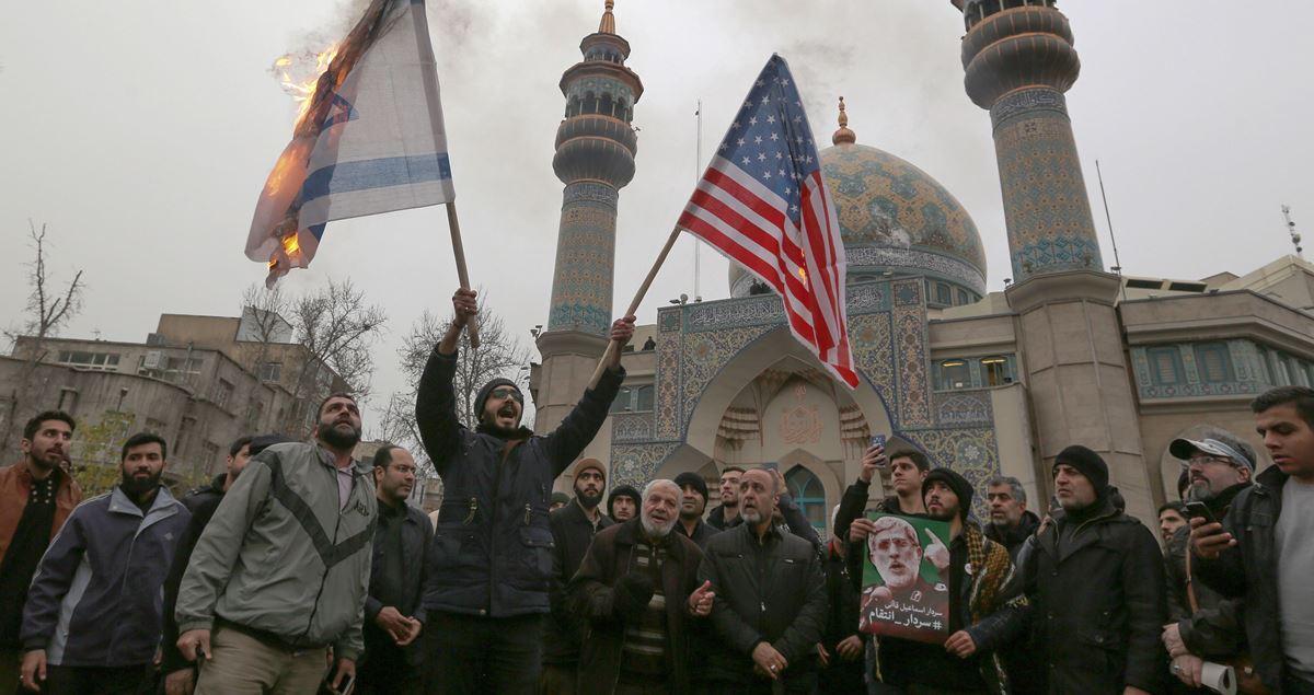 伊朗精銳聖城軍司令蘇萊曼尼2020年1月3日凌晨被美軍無人機發射導彈炸死後,伊朗當局威脅要對美國嚴厲報復。圖為伊朗人在反美遊行中焚燒以色列國旗和美國國旗。(ATTA KENARE/AFP via Getty Images)