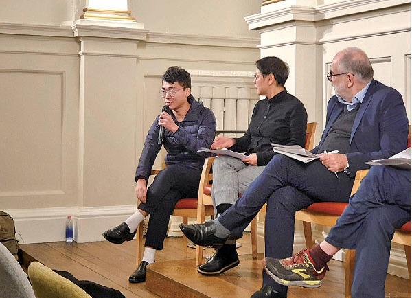 圖為鄭文傑(左一)去年12月在英國出席「香港抗議及工黨對華政策」論壇。(受訪者提供)
