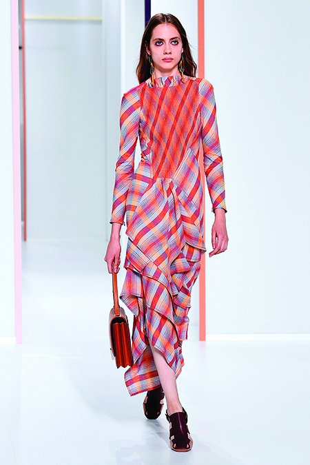女模特展示愛馬仕服飾。(Getty Images)