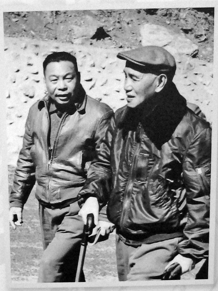 中華民國先總統蔣公與前總統蔣經國父子合照。(鍾元翻攝/大紀元)