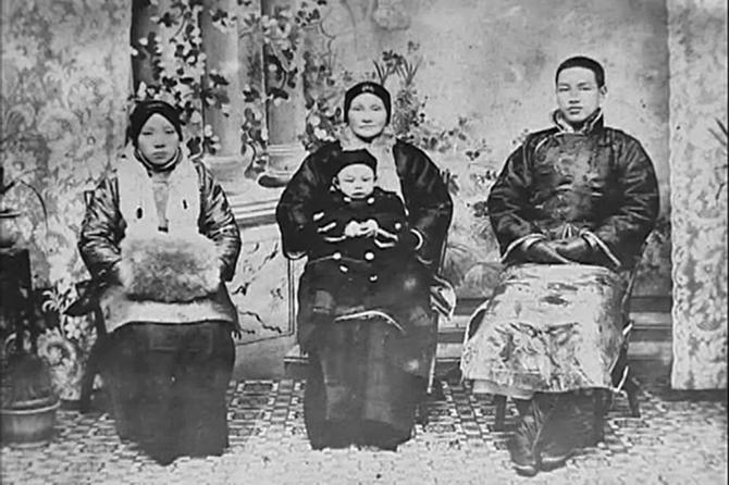 蔣介石(右)、元配毛福梅(左)、母親王采玉(中)與蔣經國(前)。(公有領域)