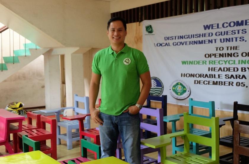 回收塑膠變椅子 減塑工程師做椅子幫學生