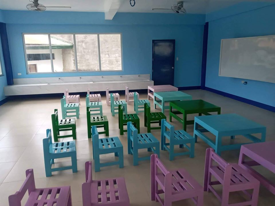 菲律賓機械工程師勒門用回收來的塑膠(圖3)製造出椅子供應給菲律賓學校(圖1、2、4)。(Winder Recycling Company Facebook)