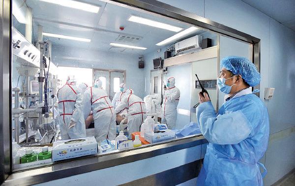 圖為2017年2月12日,一名感染H7N9禽流感病人在武漢一間醫院接受治療。(STR/AFP via Getty Images)