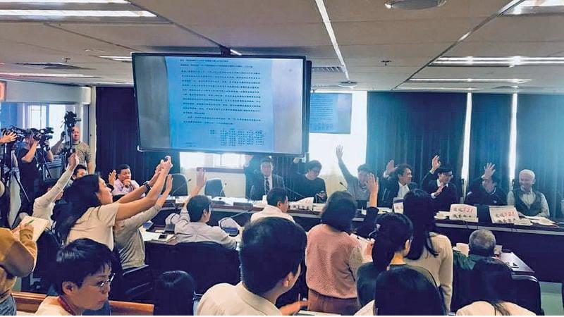 元朗區議會昨日舉行首次會議,通過民主派議員動議要求成立「7.21元朗西鐵站白衣暴徒無差別襲擊市民事件工作小組」。(張秀賢Facebook圖片)