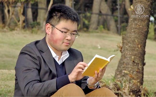 從「破壞大王」到日本法律系高材生23 歲的王聞良在日本著名私立大學——早稻田大學攻讀法律研究生。(影片截圖)