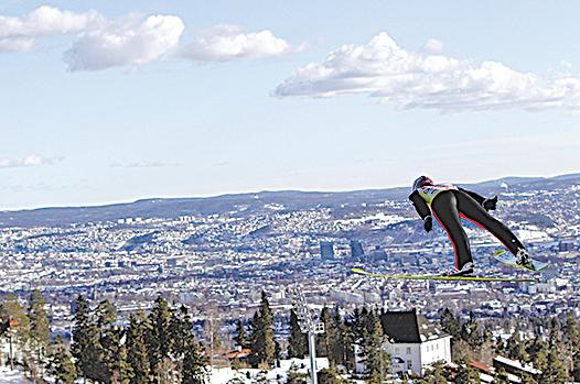 挪威人很重視戶外體能活動。圖為來自瑞士的選手在挪威首都奧斯陸參加高空滑雪賽。(AFP PHOTO / Daniel Sannum Lauten)