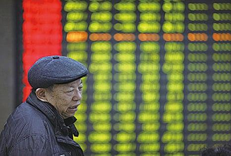 大陸股市上漲,散戶股民在中共政府媒體的煽動之下,蜂擁入市,希望在經濟低迷的時期能有所收穫,但往往卻淪為被收割的「韭菜」。圖為:大陸股市一景。(Getty image)