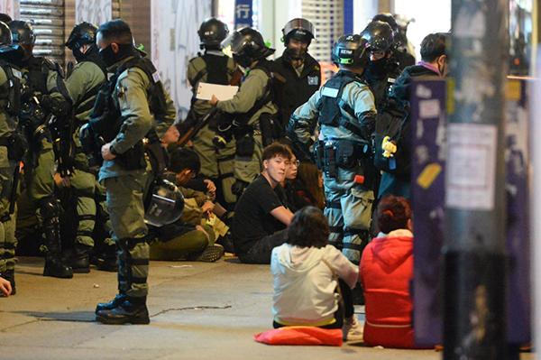 2020年1月1日晚,警方將香港遊行被逮捕的抗爭者集中在一起,最後再送上大巴離開。(宋碧龍/大紀元)