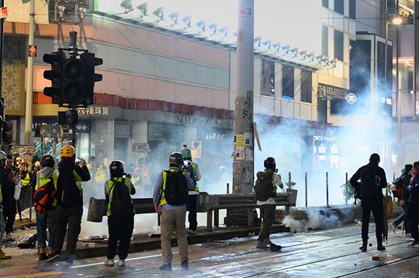 2020年1月1日,香港由民陣舉辦「元旦大遊行」。警方在銅鑼灣放催淚彈驅散隊伍。(宋碧龍/大紀元)