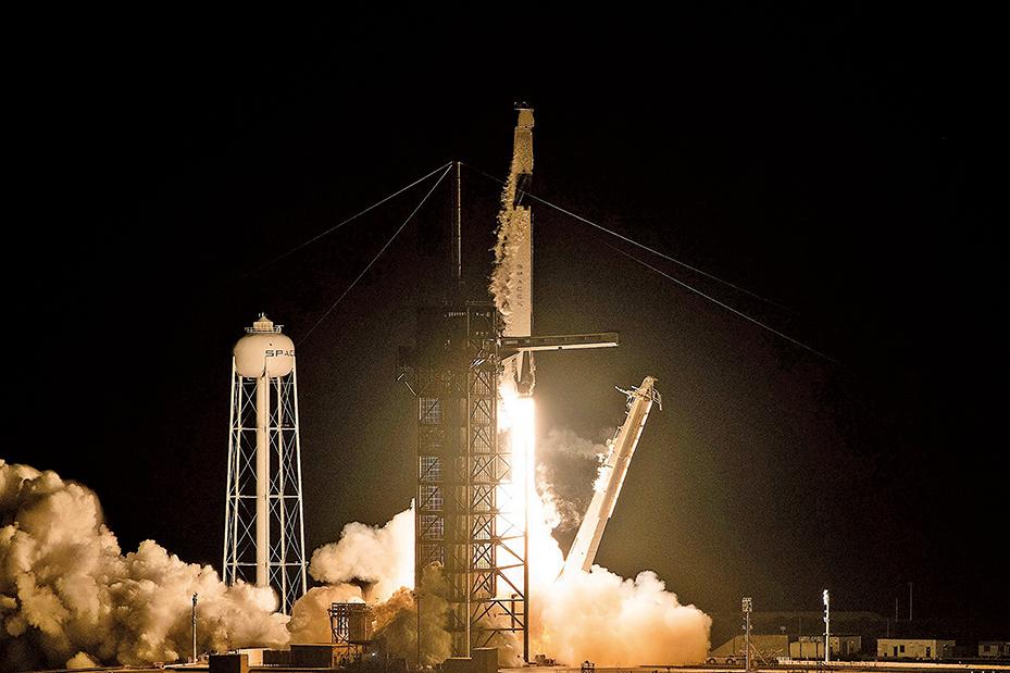 圖為2019年3月2日,獵鷹9號發射升空。(AFP)