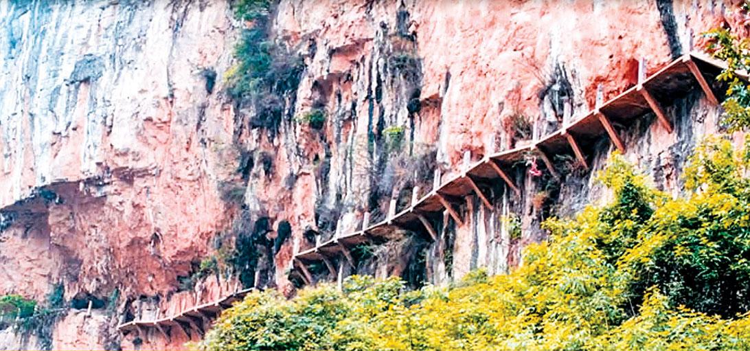 在山岩峭壁中鑿孔入梁鋪木所設立的棧道。