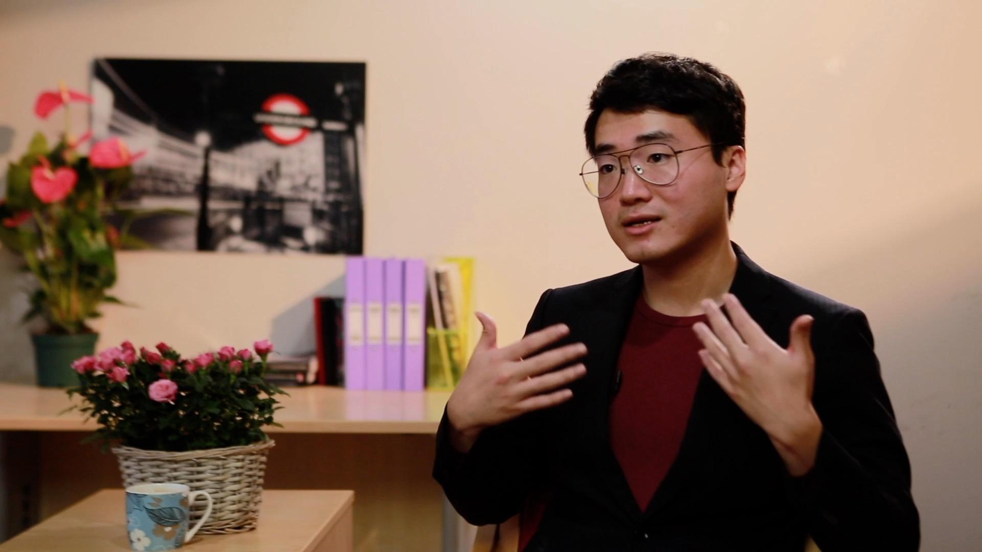 前英國駐香港領館僱員鄭文傑在英國倫敦接受本報專訪。(大紀元)