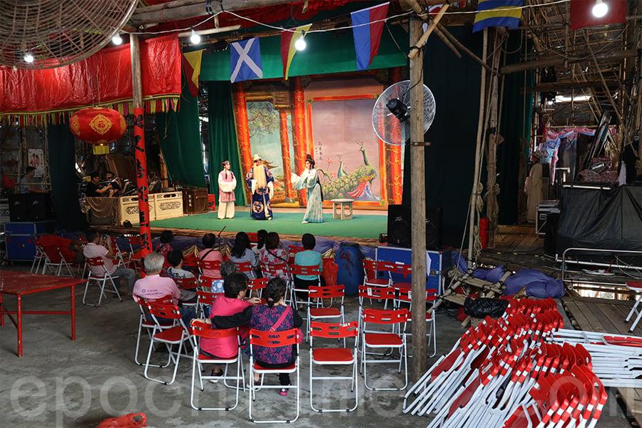 在戲棚上演戲劇,除了讓村民得到娛樂外,更起著教化的功能。(陳仲明/大紀元)