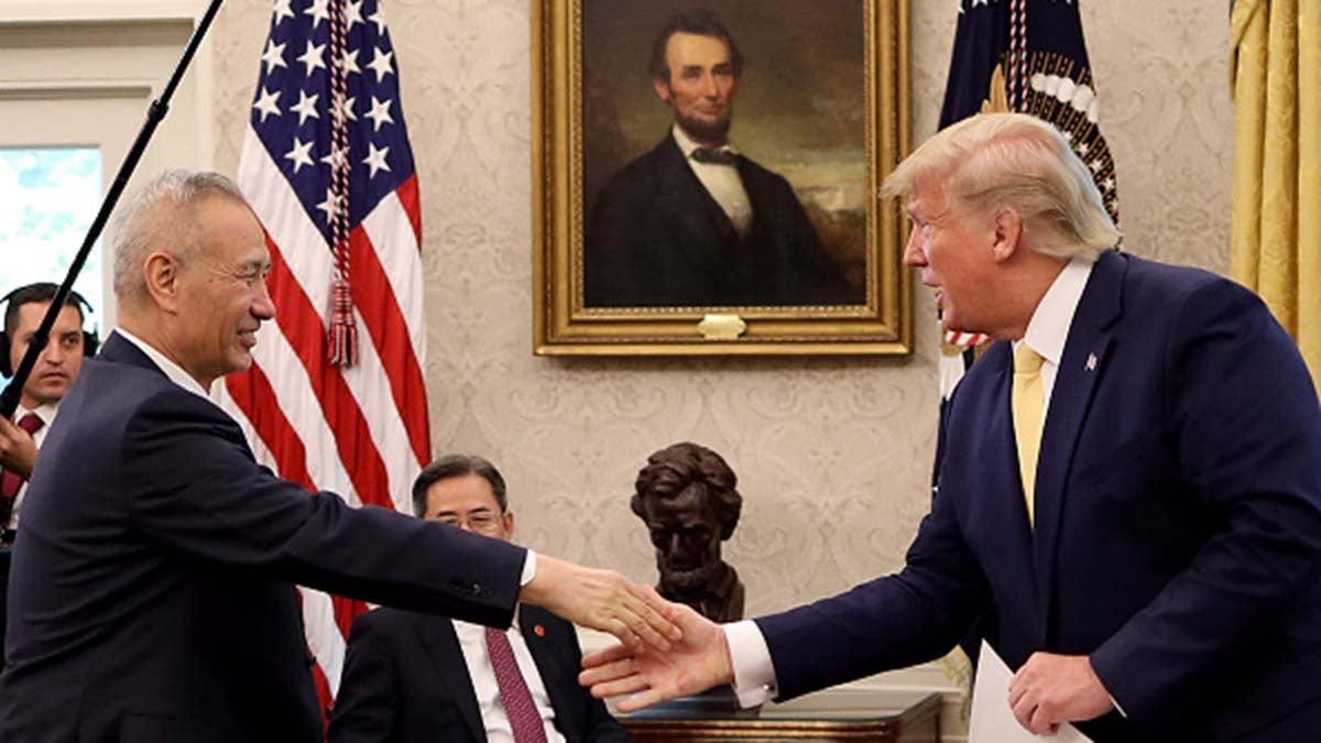圖為美國總統特朗普2019年10月11日在白宮會見中方貿易談判代表劉鶴。(Win McNamee/Getty Images)